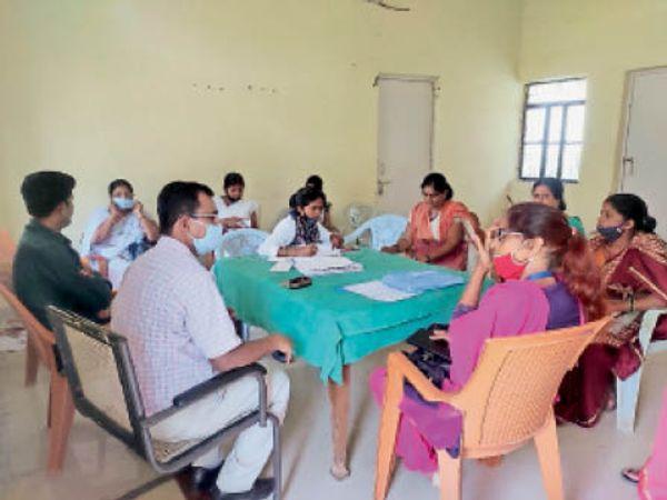 बैठक करते प्रभारी चिकित्सा पदाधिकारी डॉ. अर्जुन चौधरी व अन्य। - Dainik Bhaskar