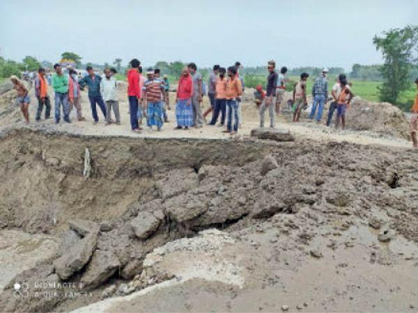 चौसा-नवगछिया एसएच-58 पर भटगामा के पास टूटी सड़क। - Dainik Bhaskar