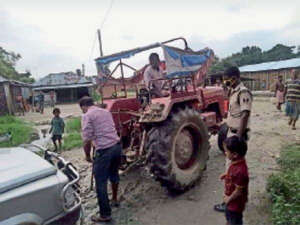 सिंगियान में विधायक की गाड़ी को ट्रैक्टर से किया जा रहा टोचन।