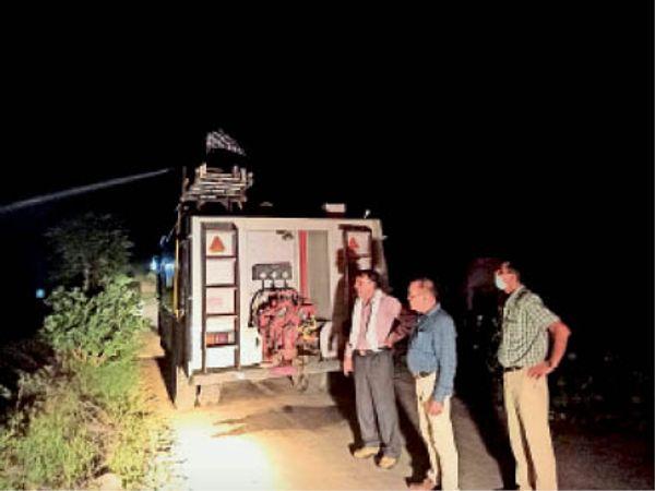 लाेहारू  चैहड़ खुर्द में टिड्डी दल से बचाव को लेकर राहत कार्य करवाते कृषि अधिकारी। - Dainik Bhaskar