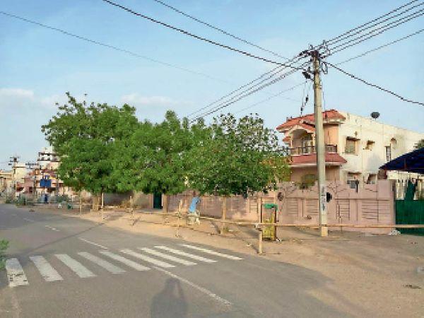पवनपुरी में एक घर के चारों तरफ बेरिकेडिंग। - Dainik Bhaskar