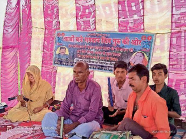 कालिकापुर स्थित काली मंदिर में शिव चर्चा करते गुरु भाई। - Dainik Bhaskar