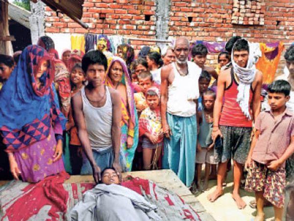 मृतक के शव के पास विलाप करते परिजन व मौजूद ग्रामीण। - Dainik Bhaskar