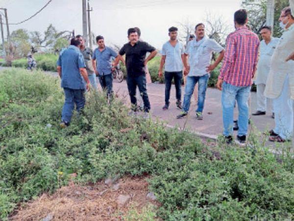 उचाना. रजबाहा रोड पर पहुंचे सीआईए कर्मी मैनेजर से पूछताछ करते हुए। - Dainik Bhaskar