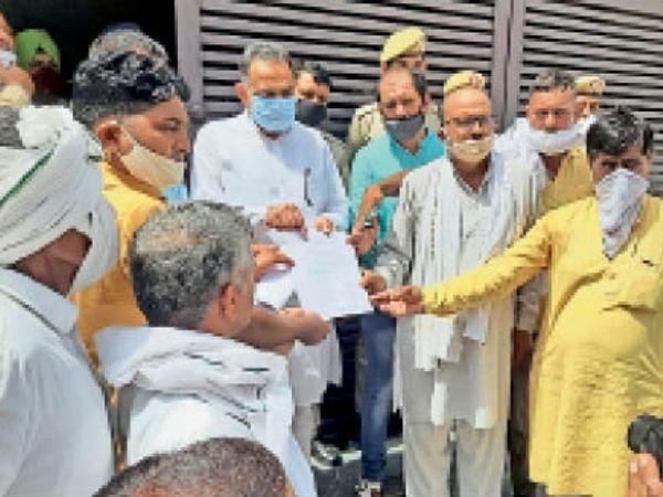 विधायक विनोद भयाना को ज्ञापन देते हटाए गए पीटीआई व कर्मचारी नेता। - Dainik Bhaskar