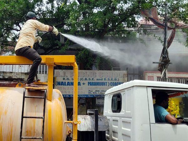 कोरोना के संक्रमण को रोकने के लिए सैनिटाइजेशन करता नगर निगम कर्मी। - Dainik Bhaskar
