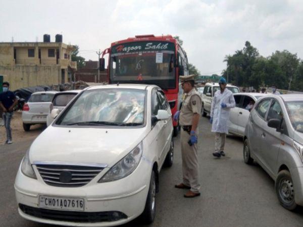 पिंजौर के दून और बद्दी बाॅर्डर पर वाहनों की चेकिंग करते पुलिस कर्मी। - Dainik Bhaskar