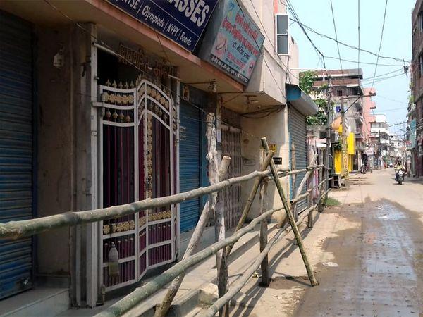 पटना के राजीव नगर में कोरोना संक्रमित मिलने के बाद घर के आगे बांस बांधकर सील कर दिया गया है।