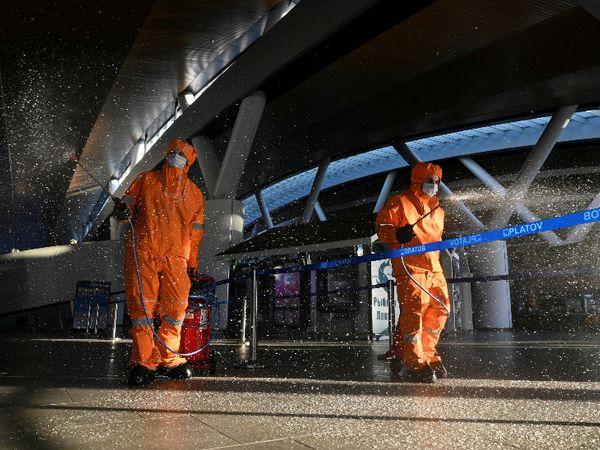 रूस के प्लाटोव इंटरनेशनल एयरपोर्ट को डिसइन्फेक्ट करते सफाईकर्मी। यहां राजधानी मॉस्को में कुछ दिनों से नए मामलों में कमी आई है। रूस दुनिया में चौथा सबसे संक्रमित देश है। - Dainik Bhaskar