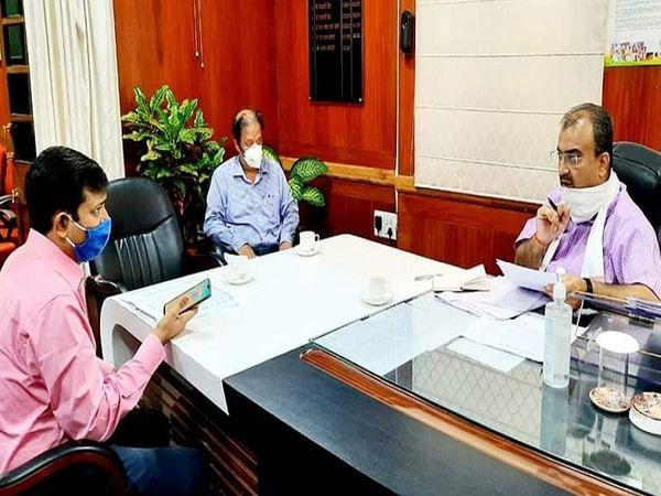 स्वास्थ्य विभाग के प्रधान सचिव और सचिव के साथ समीक्षा बैठक करते स्वास्थ्य मंत्री मंगल पांडेय। - Dainik Bhaskar