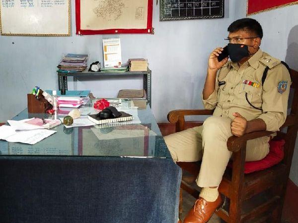 घटना की सूचना के बाद जानकारी लेने पहुंचे पुलिस कप्तान अनुरंजन किस्पोट्टा। एसपी ने कहा कि सभी आरोपियों की पहचान कर ली गई है। जल्द ही उन्हें गिरफ्तार कर लिया जाएगा। - Dainik Bhaskar