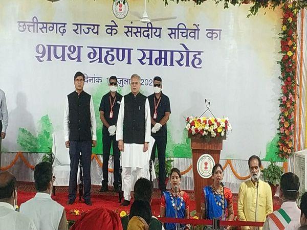 तस्वीर रायपुर की है। सीएम हाउस में हुए कार्यक्रम से पहले राज्य गीत गाया गया। इसे लोककलाकार ममता चंद्राकर की टीम ने पेश किया। - Dainik Bhaskar
