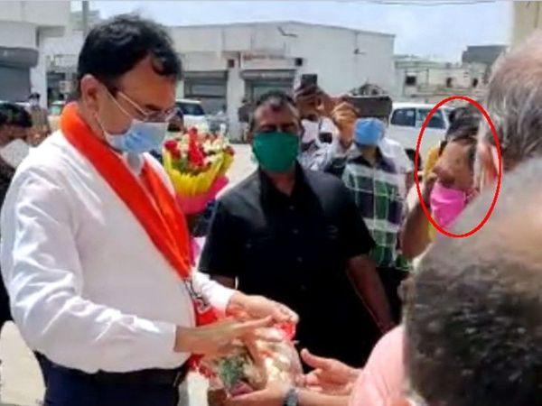 गृहमंत्री प्रदीप जाडेजा का स्वागत कर रहे पूर्व विधायक सतीष पटेल (लाल घेरे में)। - Dainik Bhaskar