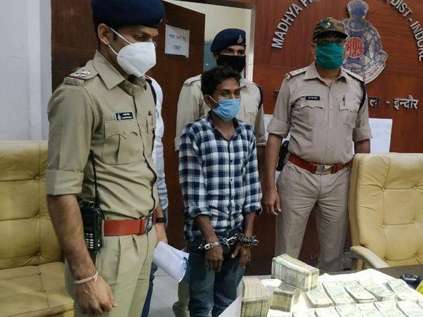 पुलिस की गिरफ्त में आरोपी और उससे जब्त चोरी के 40 लाख 83 हजार रुपए। - Dainik Bhaskar