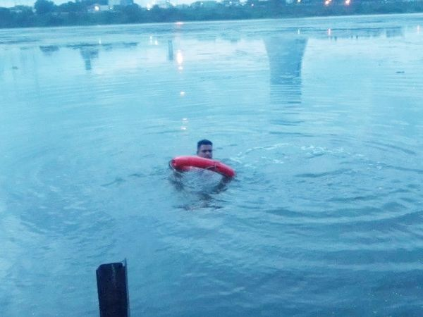 सोमवार को तापी नदी के ब्रिज पर मोपेड मिलने के बाद दिन भर नदी में तलाश की गई थी। - Dainik Bhaskar