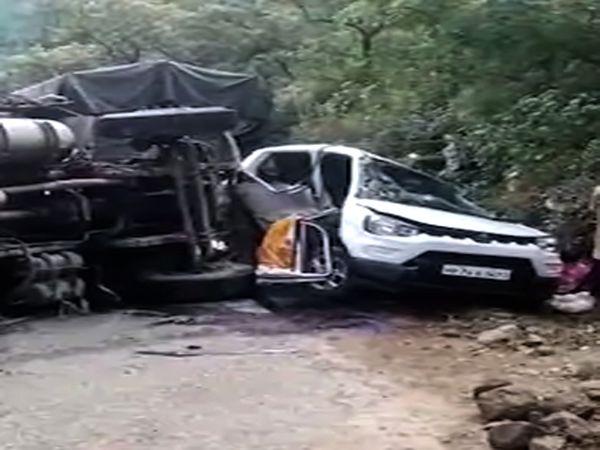 स्वारघाट नेशनल हाइवे पर एक ट्रक ने कार को टक्कर मार दी। ट्रक में कोल्डड्रिंक लदी हुई थी। - Dainik Bhaskar
