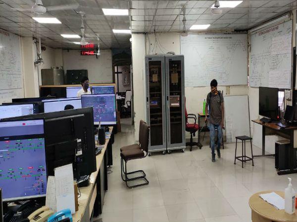 तस्वीर भोपाल रेलवे स्टेशन कार्यालय की है। यहां पर ऑफिस बंद रखकर सैनिटाइजेशन कराया गया। रेल मंडल के प्रवक्ता आईए सिद्दीकी का कहना है कि मंगलवार से ऑफिस पहले की तरह ही खोला गया है। सोमवार को केवल ऑपरेटिंग विभाग और कंट्रोल रूम खोला गया। - Dainik Bhaskar