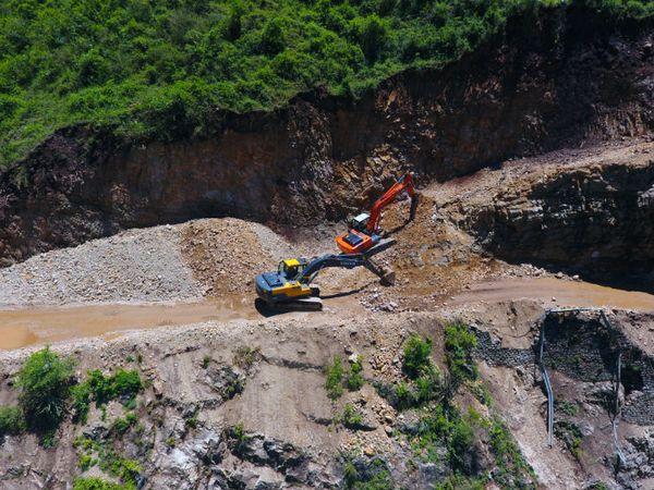 ऋषिकेश से लेकर बद्रीनाथ के पास भारत के अंतिम गांव माणा तक 300 किमी लंबे मार्ग को चौड़ा करने के लिए पहाड़ों को काटने का काम इस समय जोरों पर है।
