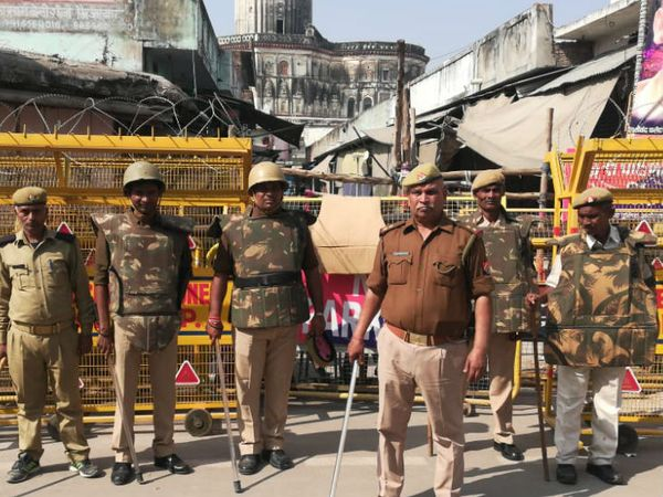 फोटो अयोध्या में राम मंदिर की ओर जाने वाले रास्ते की है। जहां पुलिस ने बैरिकेडिंग कर रखी है। - फाइल फोटो - Dainik Bhaskar