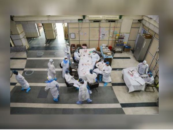 फोटो दिल्ली के लोक नायक अस्पताल की है, जहां डॉक्टर्स कोरोना संक्रमित मरीजों के इलाज में जुटे हुए हैं।
