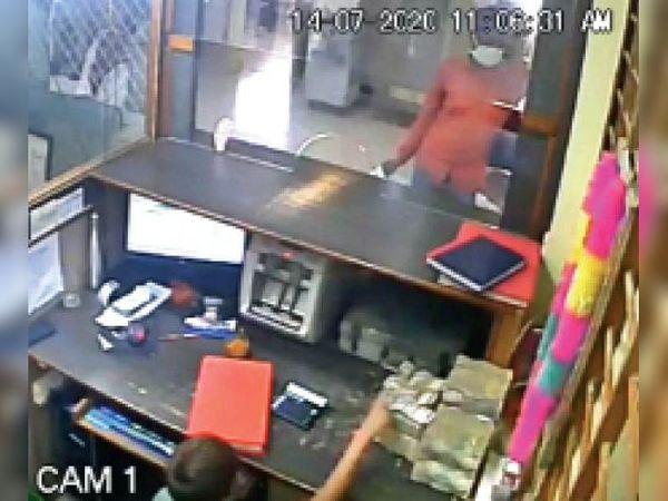 बैंक में इन दाे कर्मचारियाें के पीछे से हाेकर बालक ने कैश काउंटर के कैबिन से 10 लाख रुपए उठा लाया। सीसीटीवी में कैद वारदात। - Dainik Bhaskar