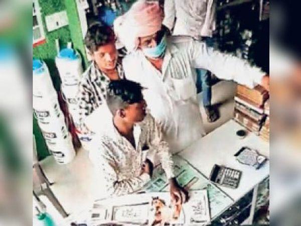सीसीटीवी फुटेज में ऐसे किसान से सटकर खड़ा था युवक और जेब से निकाल लिए 50 हजार रुपए। - Dainik Bhaskar