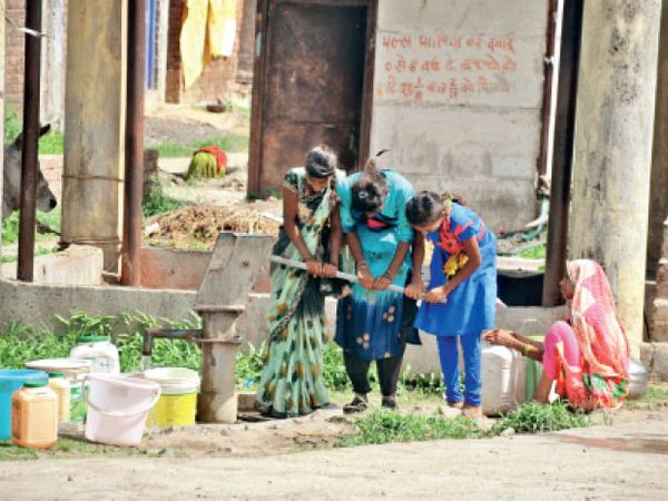 गांव बेरछा में हैंडपंप से पानी भरती युवतियां। - Dainik Bhaskar