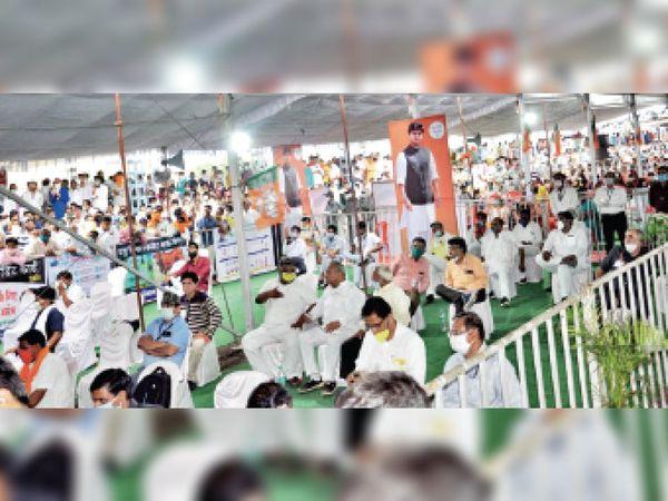 शहर की नई कृषि उपज मंडी में आयोजित हितग्राही योजना लाभ वितरण कार्यक्रम में मौजूद गणमान्यजन। - Dainik Bhaskar