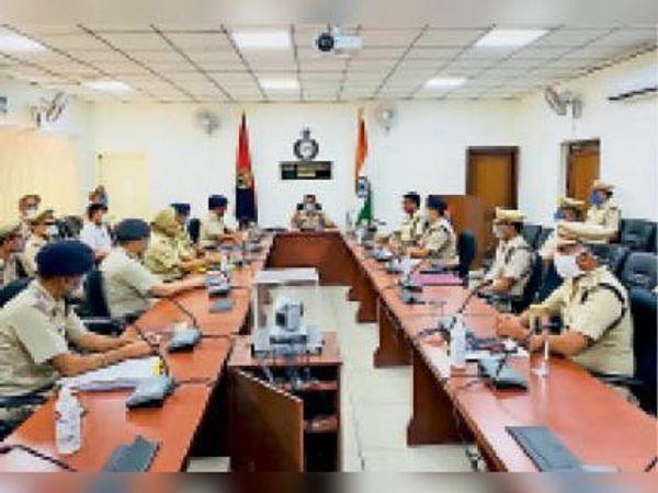 फरीदाबाद. शहर की कानून व्यवस्था को लेकर पुलिस अधिकारियों के साथ बैठक करते पुलिस कमिश्नर ओपी सिंह। - Dainik Bhaskar