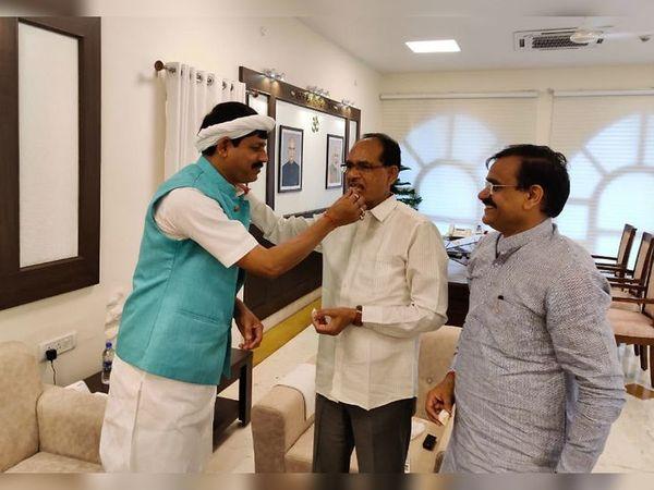 यह तस्वीर भोपाल में मुख्यमंत्री निवास की है। तीन दिन पहले विधायक प्रद्युम्न सिंह लोधी के भाजपा में शामिल होने पर शिवराज सिंह चौहान ने मिठाई खिलाई। साथ में भाजपा प्रदेश अध्यक्ष वीडी शर्मा। - Dainik Bhaskar