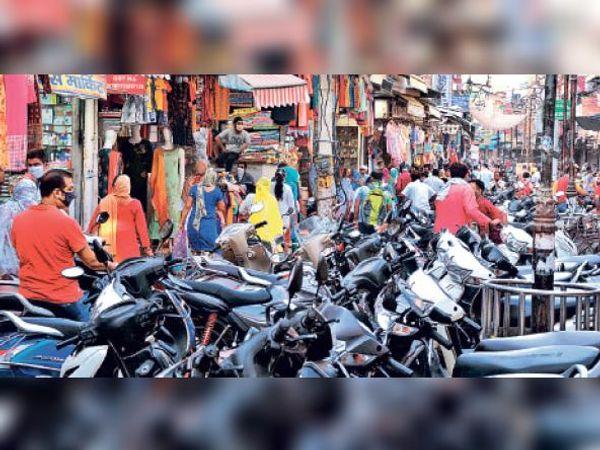 किला राेड बाजार में लगी ग्राहकाें की भीड़। - Dainik Bhaskar