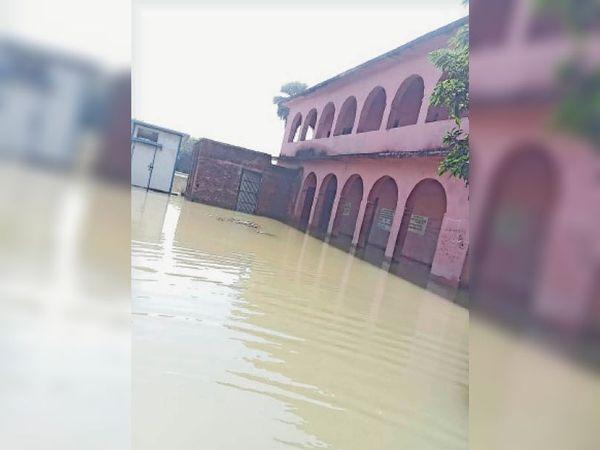 साहेबगंज स्थित प्रावि पहाड़पुर आह्लाद में घुसा बाढ़ का पानी।