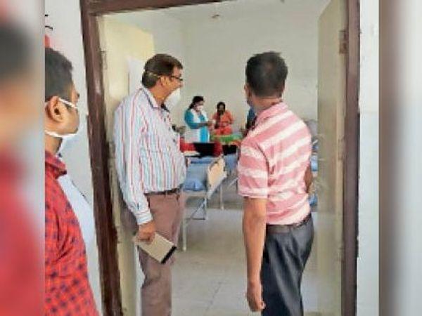 कैथल| सामुदायिक स्वास्थ्य केंद्र पूंडरीका निरिक्षणकरते सीएमओजयभगवानजाटान। - Dainik Bhaskar