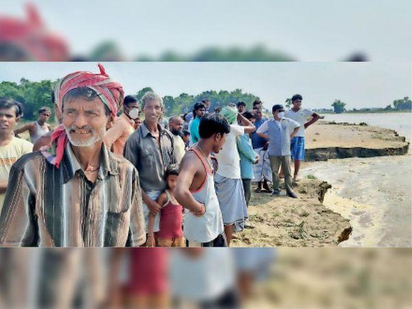 मंझोक गांव में हो रहे कटाव का मुआयना करते विधायक मुजाहिद आलम व अन्य। - Dainik Bhaskar