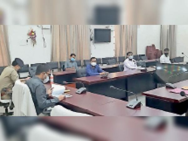 सड़क सुरक्षा समिति की बैठक के दौरान जिलाधिकारी और एसपी। - Dainik Bhaskar