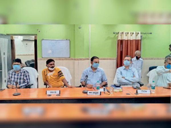 नगर निगम कार्यालय के सभागार में उपमेयर अविश्वास प्रस्ताव में नगर आयुक्त सहित अन्य पदाधिकारी। - Dainik Bhaskar
