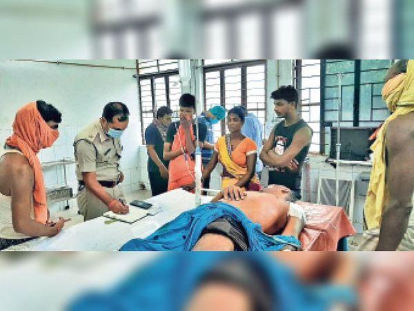 सदर अस्पताल में घायल का बयान दर्ज करती पुलिस। - Dainik Bhaskar