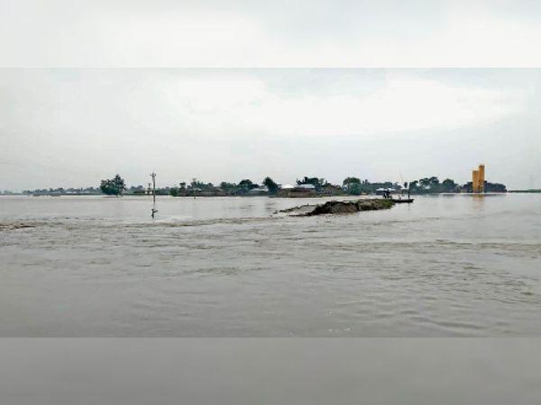 सुपौल जिला के बकौर इलाके में मंगलवार को फैला कोसी नदी का पानी। - Dainik Bhaskar