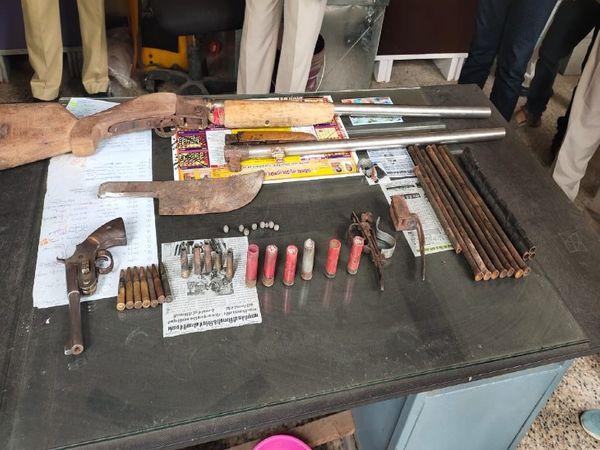 पुलिस द्वारा बरामद हथियार। - Dainik Bhaskar
