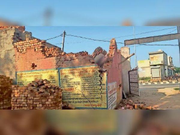 उचाना. नागरिक अस्पताल के पास दुकान का गिरा लेंटर। - Dainik Bhaskar