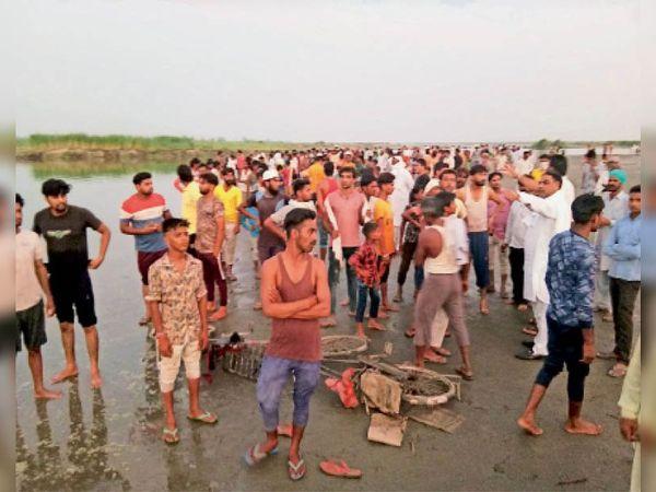 घरौंडा. गांव संजय नगर के तीन युवक यमुना में डूबने की सूचना मिलने पर यमुना किनारे पहुंचे गांव के लोग। - Dainik Bhaskar