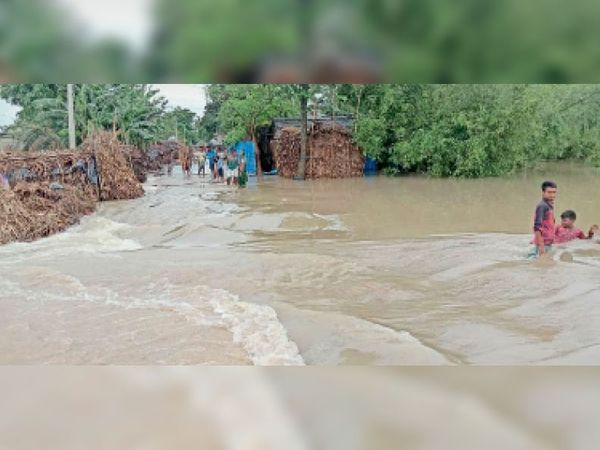 महानंदा नदी के बढ़े जलस्तर के कारण से सुगवा महानंदपुर जाने वाली सड़क पर सोनापुर हाई स्कूल के पास कटी सड़क। - Dainik Bhaskar