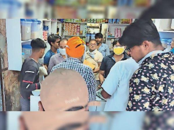 संगरूर के सुनामी गेट में करियाणा दुकान और कुल्चे की दुकान पर दुकानदार के मास्क न पहनने व सोशल डिस्टेंस का उल्लंघना करने के आरोप में पुलिस ने 2-2 हजार रुपए का चालान किया। - Dainik Bhaskar