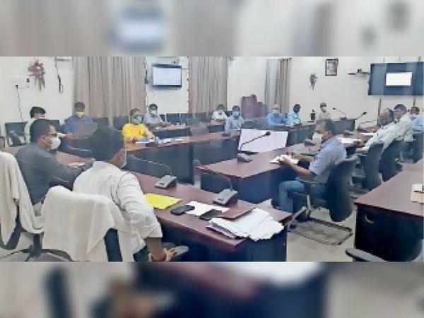समाहरणालय सभागार में बैठक के दौरान गरीब कल्याण योजना की समीक्षा करते जिलाधिकारी। - Dainik Bhaskar