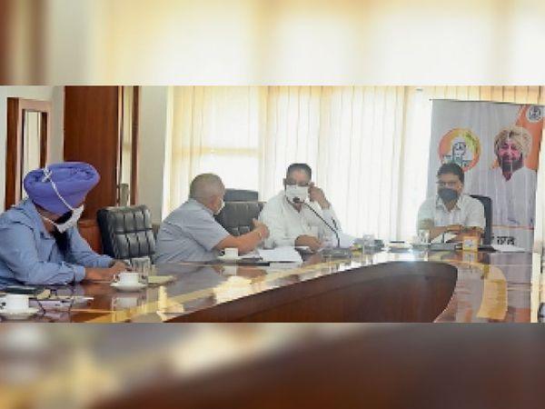 मीटिंग में मौजूद विधायक राकेश पांडे व निगम कमिश्नर। - Dainik Bhaskar