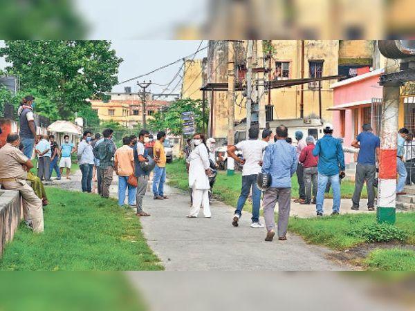 सदर अस्पताल में सैंपल देने को लगी भीड़, यहां भी सोशल डिस्टेंसिंग का पालन नहीं। - Dainik Bhaskar