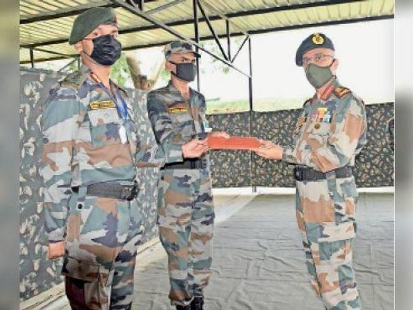 जवानों को सम्मानित करते चीफ ऑफ आर्मी स्टाफ जनरल एमएम नरवाणे। - Dainik Bhaskar
