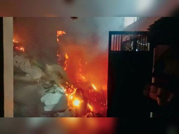 मंगलवार रात 9 बजे वेस्ट पेपर की दुकान को लगी आग। - Dainik Bhaskar
