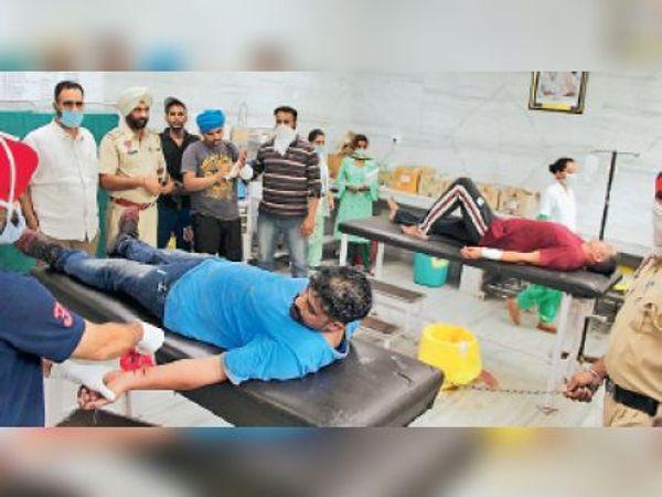 बठिंडा के सरकारी अस्पताल में उपचार के लिए लाए गए गैंगस्टर। - Dainik Bhaskar