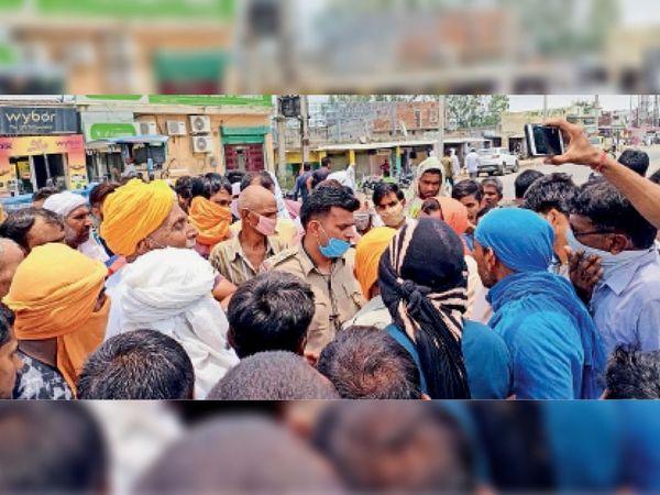 निसिंग. करनाल-जींद रोड पर जाम लगाने पर ग्रामीणों को समझाते डीएसपी राजीव। - Dainik Bhaskar